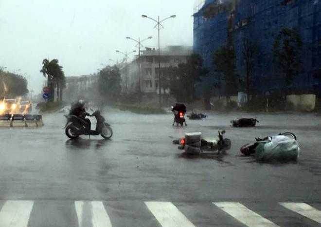 Hà Nội: Nhiều tuyến phố ngập nặng và mất điện vì mưa to, gió giật mạnh ảnh 14