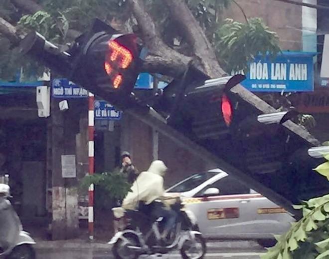 Hà Nội: Nhiều tuyến phố ngập nặng và mất điện vì mưa to, gió giật mạnh ảnh 16