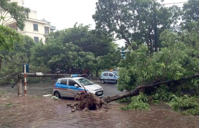 Hà Nội: Nhiều tuyến phố ngập nặng và mất điện vì mưa to, gió giật mạnh ảnh 18