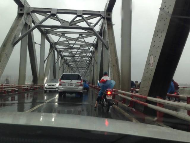 Hà Nội: Nhiều tuyến phố ngập nặng và mất điện vì mưa to, gió giật mạnh ảnh 23