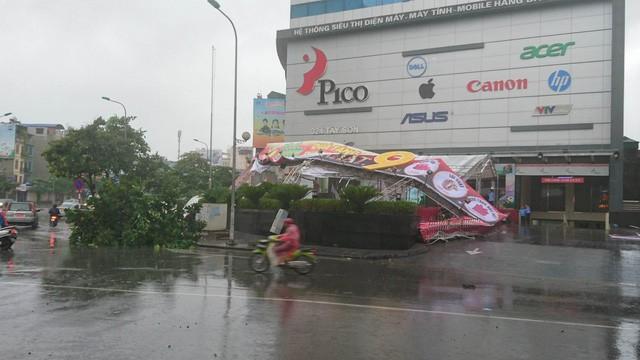 Hà Nội: Nhiều tuyến phố ngập nặng và mất điện vì mưa to, gió giật mạnh ảnh 35