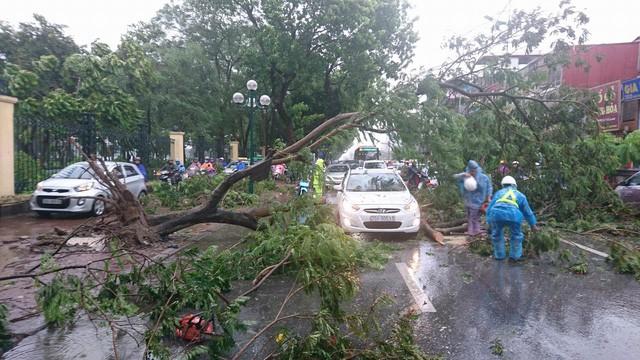 Hà Nội: Nhiều tuyến phố ngập nặng và mất điện vì mưa to, gió giật mạnh ảnh 33