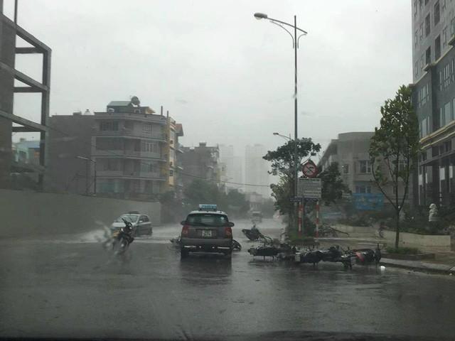 Hà Nội: Nhiều tuyến phố ngập nặng và mất điện vì mưa to, gió giật mạnh ảnh 24