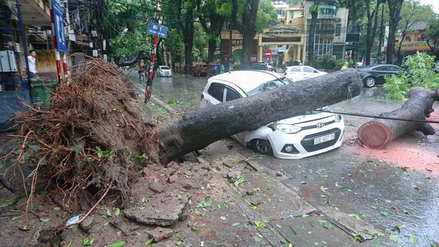 Hà Nội: Nhiều tuyến phố ngập nặng và mất điện vì mưa to, gió giật mạnh ảnh 26