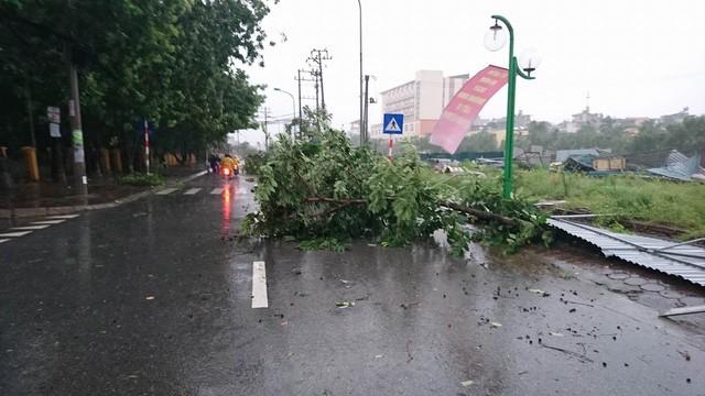 Hà Nội: Nhiều tuyến phố ngập nặng và mất điện vì mưa to, gió giật mạnh ảnh 42
