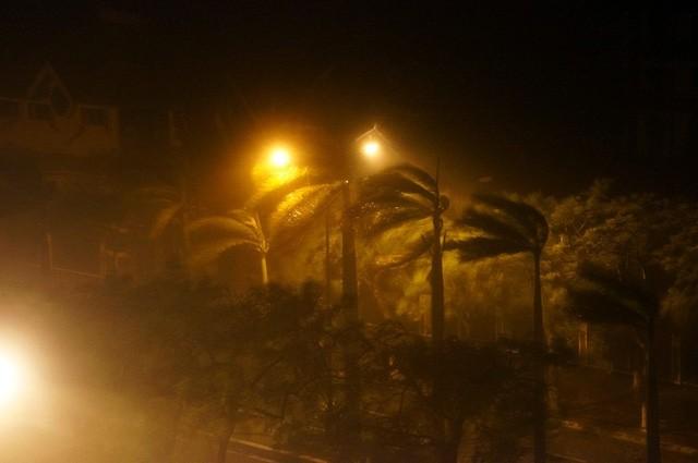Hà Nội: Nhiều tuyến phố ngập nặng và mất điện vì mưa to, gió giật mạnh ảnh 45
