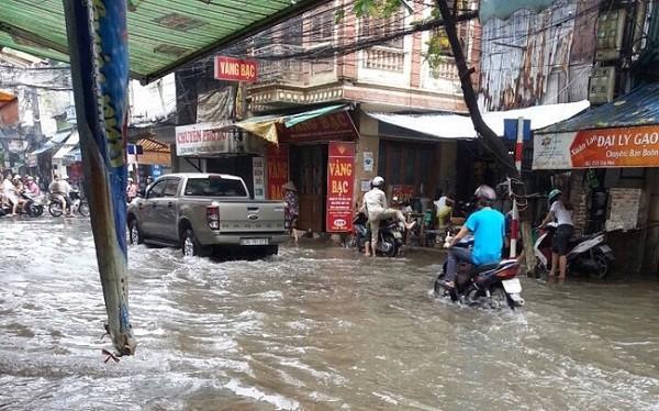 Hà Nội: Nhiều tuyến phố ngập nặng và mất điện vì mưa to, gió giật mạnh ảnh 10