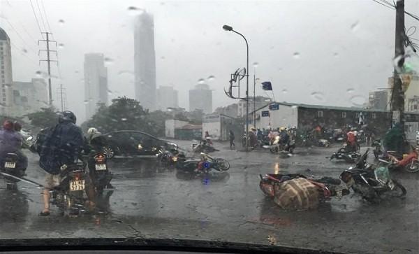 Hà Nội: Nhiều tuyến phố ngập nặng và mất điện vì mưa to, gió giật mạnh ảnh 2