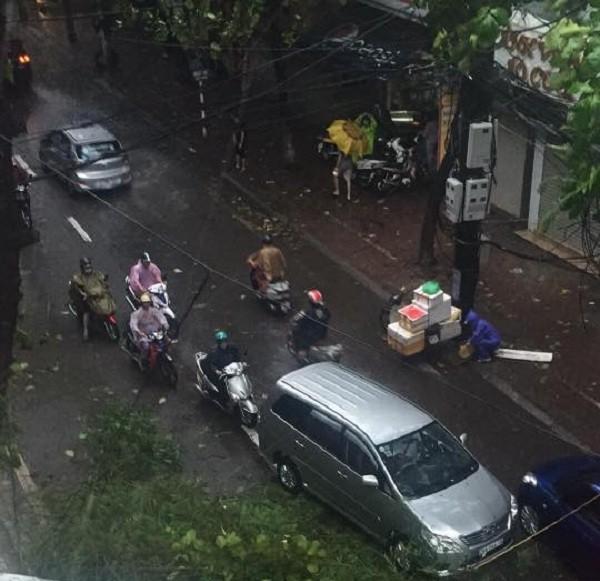 Hà Nội: Nhiều tuyến phố ngập nặng và mất điện vì mưa to, gió giật mạnh ảnh 12