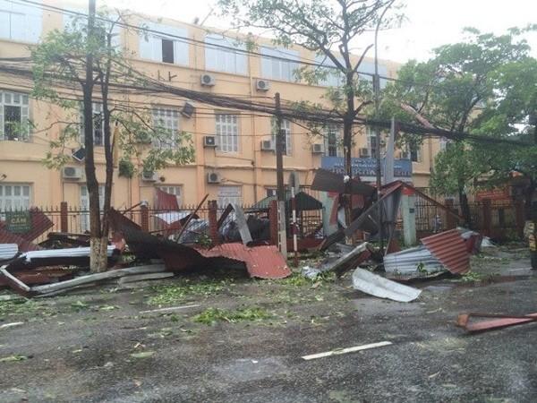 Hà Nội: Nhiều tuyến phố ngập nặng và mất điện vì mưa to, gió giật mạnh ảnh 4