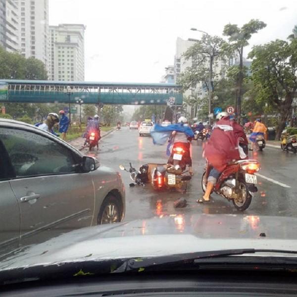 Hà Nội: Nhiều tuyến phố ngập nặng và mất điện vì mưa to, gió giật mạnh ảnh 7