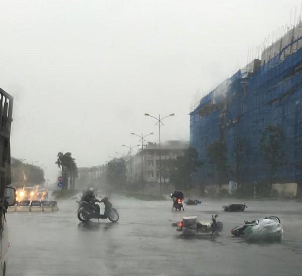 Hà Nội: Nhiều tuyến phố ngập nặng và mất điện vì mưa to, gió giật mạnh ảnh 9