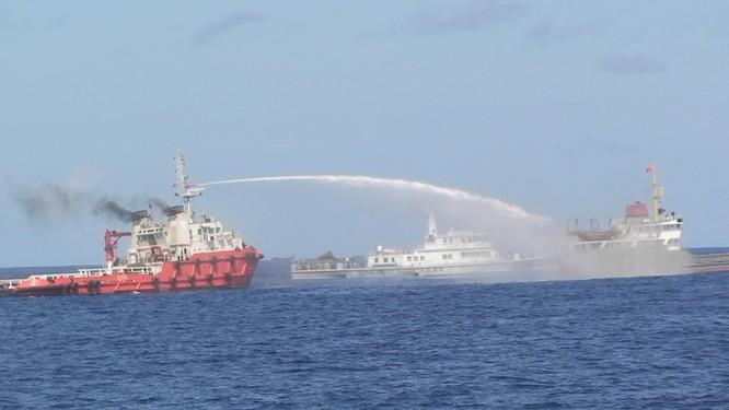 Tàu Trung Quốc phun vòi rồng vào tàu Việt Nam trong sự kiện giàn khoan Hải Dương 981