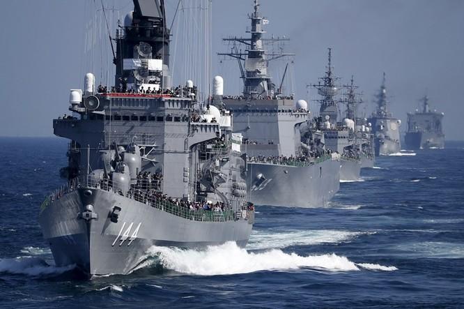 Chiến hạm hải quân Nhật Bản thao diễn trên biển