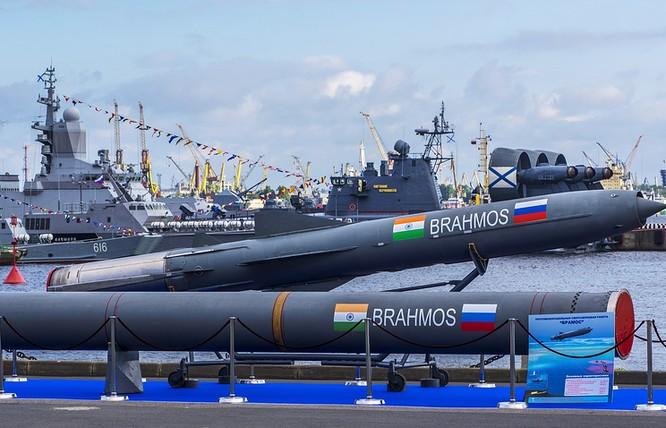 Tên lửa hành trình siêu thanh Brahmos của Ấn Độ được đánh giá là vũ khí chống hạm nguy hiểm nhất thế giới, có thể hạ tàu sân bay chỉ bằng một phát bắn