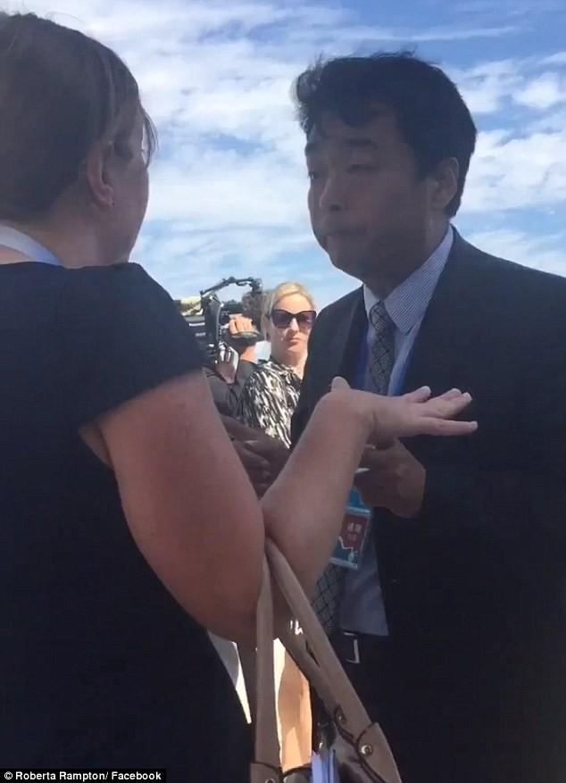 Quan chức Trung Quốc thô lỗ quát tháo nữ phóng viên Mỹ