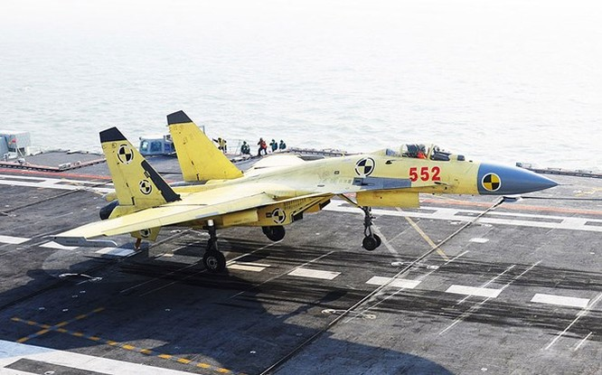 Chiến đấu cơ J-15 thử nghiêm trên tàu sân bay Liêu Ninh của Trung Quốc. Nước này có kế hoạch tự đóng thêm hai tàu sân bay dựa trên thiết kế của tàu Liêu Ninh