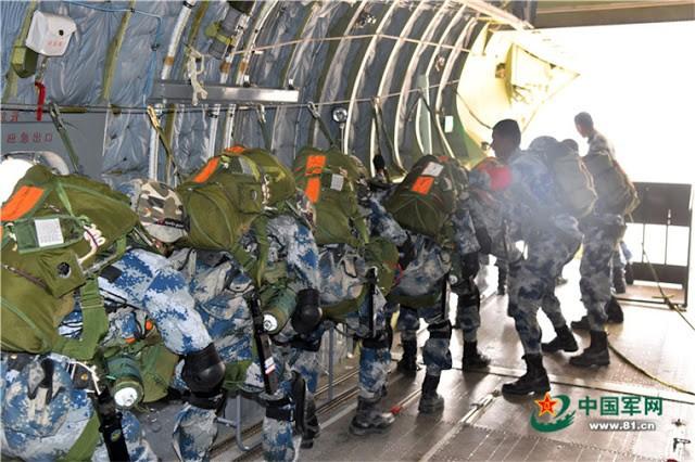 Lính dù Trung Quốc tập luyện