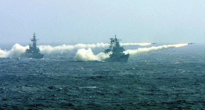Chiến hạm hải quân Trung Quốc khai hỏa tên lửa trong một cuộc tập trận gần đây