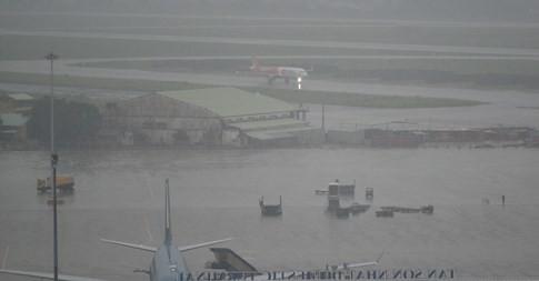 Mưa ngập uy hiếp hoạt động sân bay Tân Sơn Nhất ảnh 1