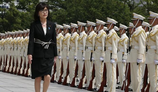 Bà Inada duyệt đội danh dự