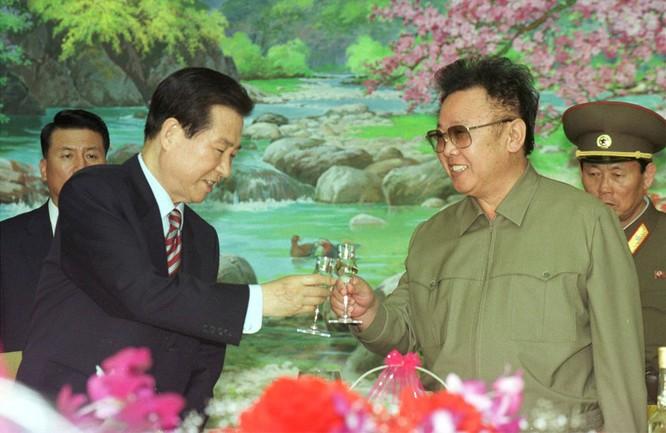 Tổng thống Hàn Quốc Kim Dae Jung chạm ly với chủ tịch Triều Tiên Kim Chính Nhật khi quan hệ hai miền ấm lên