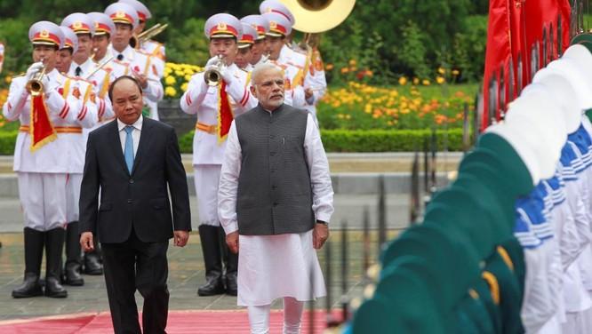 Thủ tướng Nguyễn Xuân Phúc và Thủ tướng Narendra Modi duyệt đối danh dự trong chuyến thăm Việt Nam hồi đầu tháng 9 vừa qua