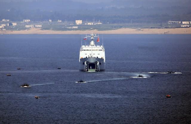 Xe bọc thép lội nước xuất kích từ tàu đổ bộ