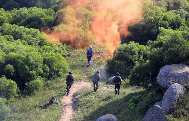 Lính Trung Quốc và Nga xung phong chiếm lĩnh trận địa trong cuộc tập trận