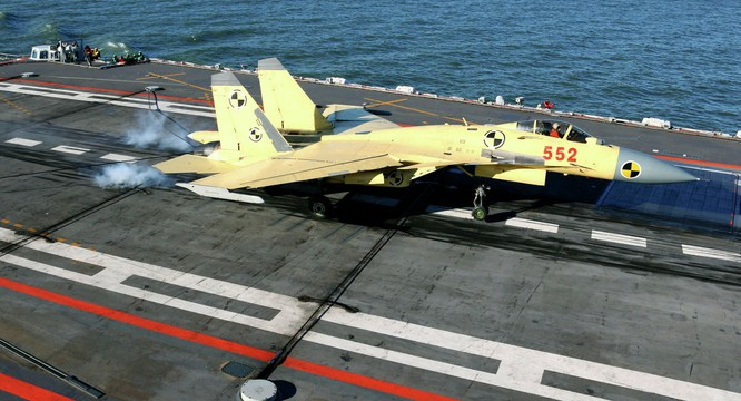 Chiến đấu cơ J-15 trên tàu sân bay Liêu Ninh