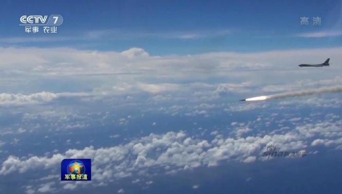 Máy ném bom chiến lược H-6K Trung Quốc phóng tên lửa trong cuộc diễn tập phô trương sức mạnh gần đây