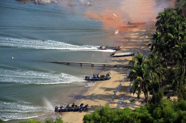 Lính Trung Quốc và Nga xung phong chiếm lĩnh trận địa trong cuộc tập trận đổ bộ chiếm đảo vừa kết thúc hôm 19/9