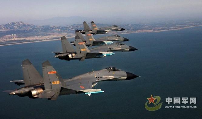 Biên đội chiến đấu cơ J-11B của không quân Trung Quốc tuần tra trên biển