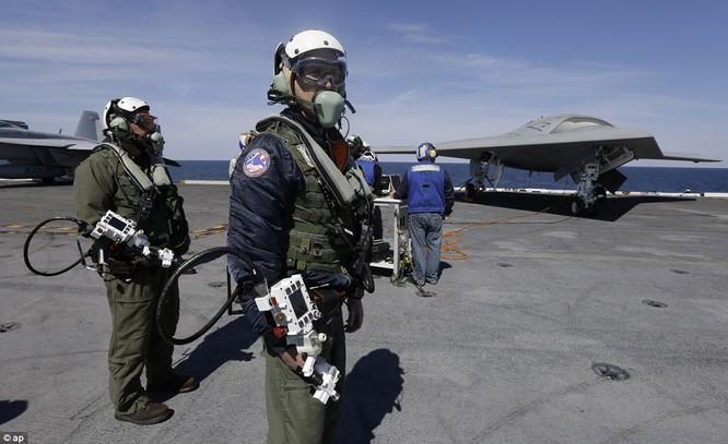Máy bay không người lái X-47B của Mỹ tiếp dầu trên không
