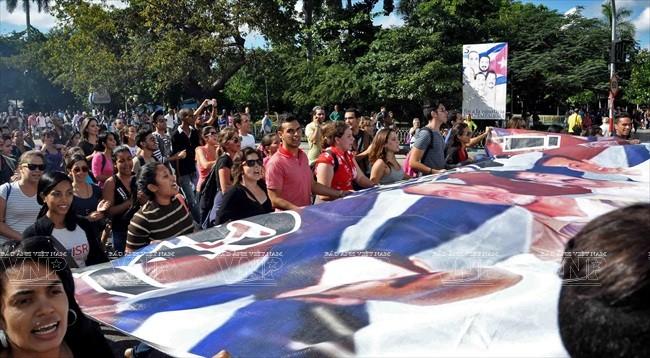 Người dân Cuba tuần hành tại Thủ đô Havana chào đón 3 chiến sĩ tình báo Cuba được Chính phủ Mỹ trả tự do cùng ngày với việc Cuba và Mỹ công bố quyết định bình thường hóa quan hệ ngoại giao. Ảnh: AFP/TTXVN