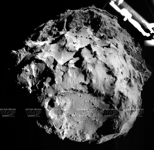 Hình ảnh robot Philae đáp xuống khoảng không gian cách bề mặt sao chổi khoảng 3km (hình ảnh do ESA cung cấp). AFP/ TTXVN