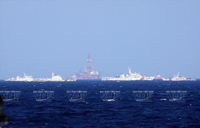 rung Quốc đã huy động một đội tàu lớn hơn 100 chiếc, trong đó có cả tàu quân sự, hộ tống giàn khoan Hải Dương 981 hạ đặt trái phép trong vùng đặc quyền kinh tế và thềm lục địa của Việt Nam. Ảnh: TTXVN