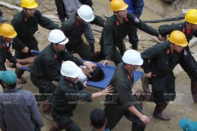 Lực lượng cứu hộ cứu sống các nạn nhân vụ sập hầm Thủy điện Đạ Dâng-Đa Chomo. Ảnh: Dương Giang – TTXVN