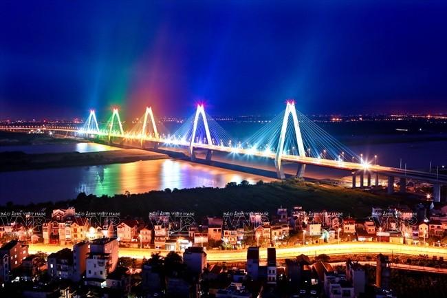 Cầu Nhật Tân trong đêm. Ảnh: Huy Hùng – TTXVN