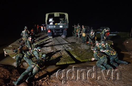 Lực lượng công binh Lữ đoàn 550 thực hành vượt sông, vận chuyển vũ khí, khí tài phục vụ diễn tập