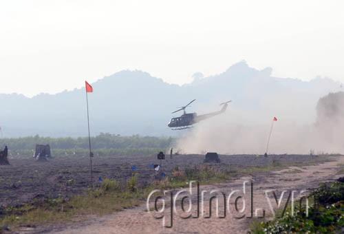Bắt đầu cuộc diễn tập là tình huống trực thăng định đổ quân