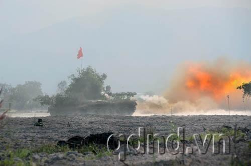 Xe tăng Lữ đoàn 22 nhả đạn, tiêu diệt địch