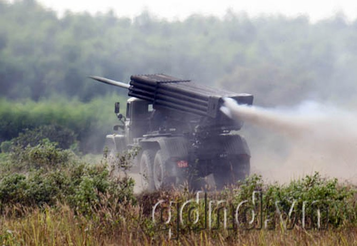 Pháo phản lực bắn loạt BM21 bắn phá mục tiêu