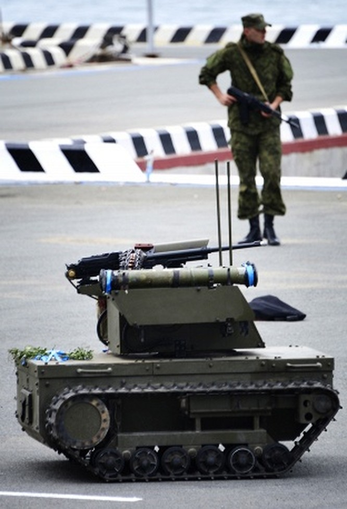Robot chiến đấu Platform-M trong buổi diễn tập nhân ngày Hải quân Nga ở Vladivostok. Nó có thể phát hiện và tiêu diệt các mục tiêu cố định hoặc di động, hỗ trợ hỏa lực và bảo vệ các căn cứ quan trọng.