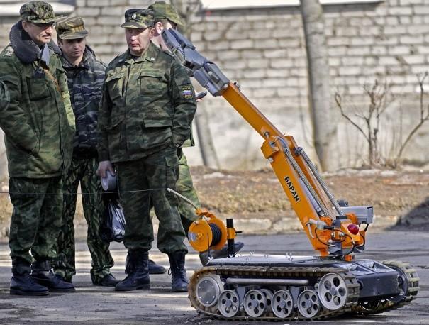 Thử nghiệm mẫu robot phá bom trong buổi diễn tập của Bộ tình huống khẩn cấp Nga.