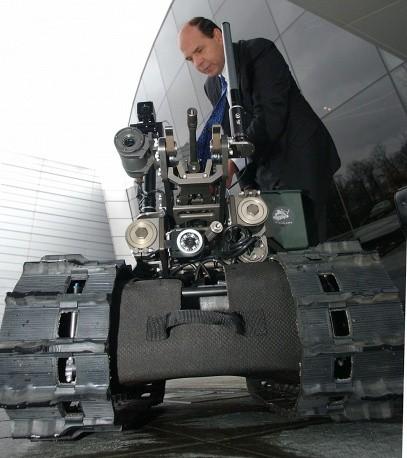Robot được trang bị vũ khí có tên Swords do hãng quốc phòng Foster-Miller (Mỹ) chế tạo.