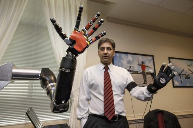 Một kỹ sư tại trường đại học Johns Hopskin điều khiển một cánh tay robot, một trong những dự án công nghệ cao mới nhất của Lầu Năm Góc để hỗ trợ các binh lính bị thương tật trong chiến đấu.