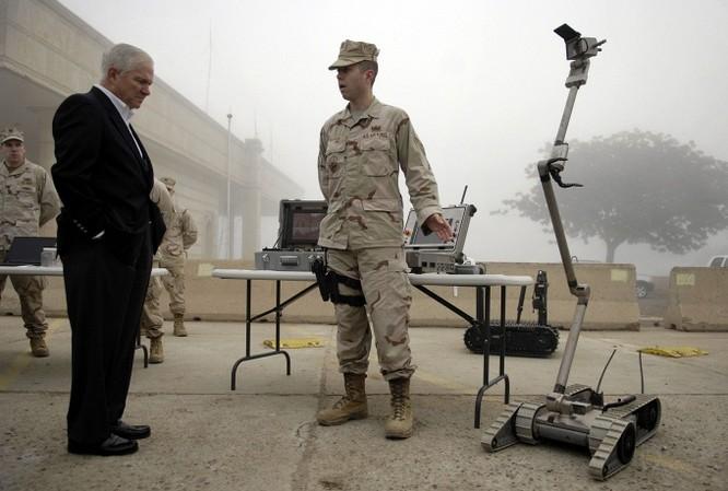 Cựu Bộ trưởng Quốc phòng Mỹ Robert Gates trao đổi với lực lượng Không quân Mỹ tại căn cứ Victory ở Iraq về khả năng của những loại robot mà lực lượng này sử dụng.