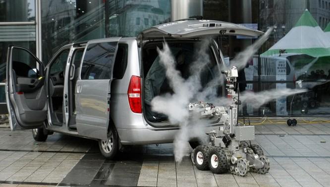 Robot phá bom của lực lượng cảnh sát đặc biệt Hàn Quốc vô hiệu hóa một quả bom trong diễn tập.