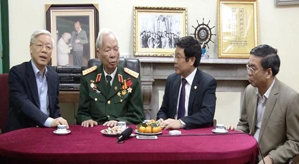 Tổng bí thư Nguyễn Phú Trọng chúc sức khỏe Đại tướng Lê Đức Anh tháng 12/2014. Ảnh: VietNamNet